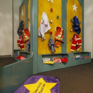 Des costumes sont accrochés dans l'espace d'exposition de Daniel Tiger