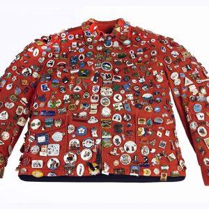 Veste qui arbore des épinglettes représentant les villes et les clubs locaux du Canada
