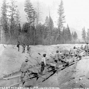 Des ouvriers chinois du Canadien Pacifique travaillant dans les montagnes