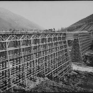 Pont du Canadien Pacifique surplombant le ruisseau Mountain, en Colombie-Britannique