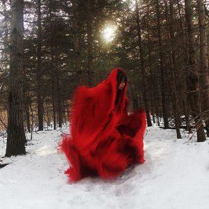Femme habillée de vêtements rouge