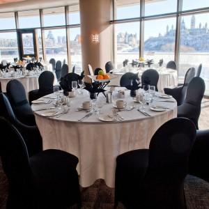 Des tables et des chaises dans le Salon de la Rivière
