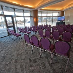 Des chaises dans le Salon de la Rivière
