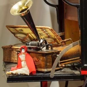 Poupée, panier à pique-nique et phonographe
